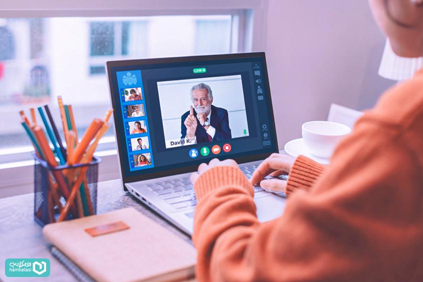یک معلم در حال برگزاری کلاس آنلاین