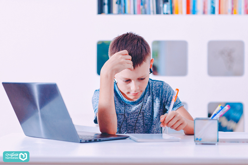 تکلیف الکترونیک چیست و چطور به دانشآموزان و مدارس کمک میکند؟